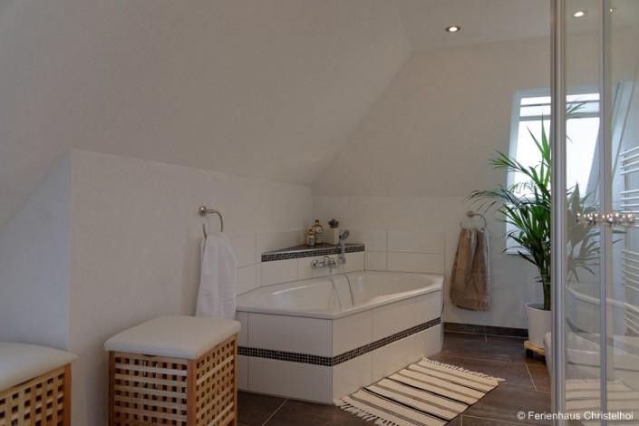 Badezimmer im OG mit Dusche und Wanne