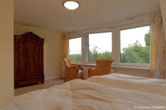Schlafzimmer Anneliese mit 19,6 m² im OG und Blick in den Garten