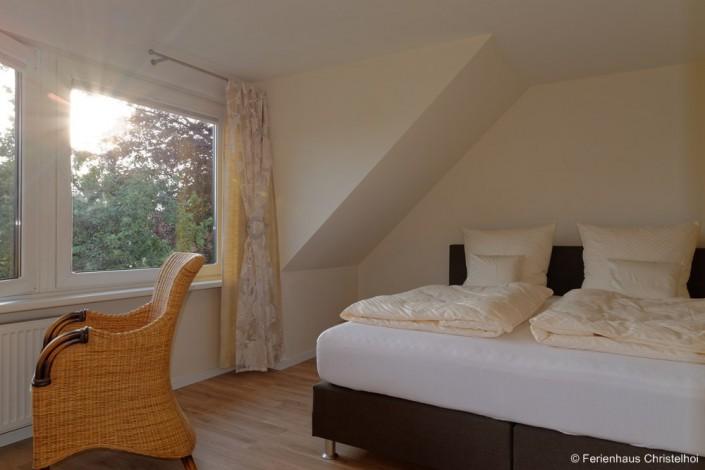 Schlafzimmer Anneliese mit großem Doppelbett mit 19,6 m² im OG