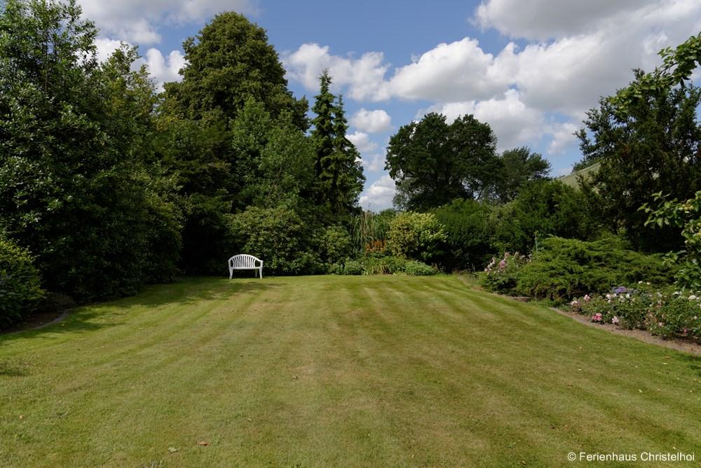 1,000 m² garden of the Christelhoi holiday home