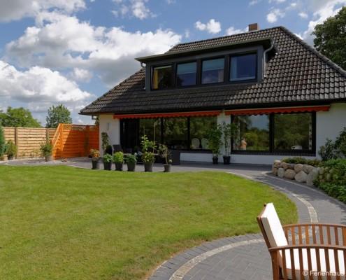 Sitzgelegenheiten am Haus und im Garten