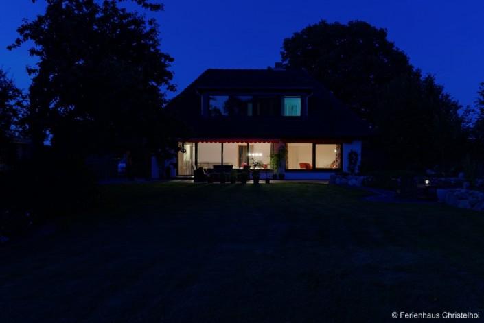 Abendstimmung zur blauen Stunde im großen Garten