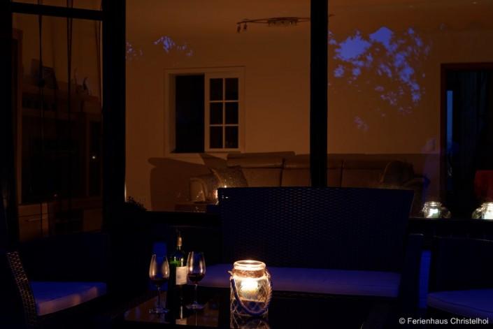 Abendstimmung zur blauen Stunde auf der Terrasse