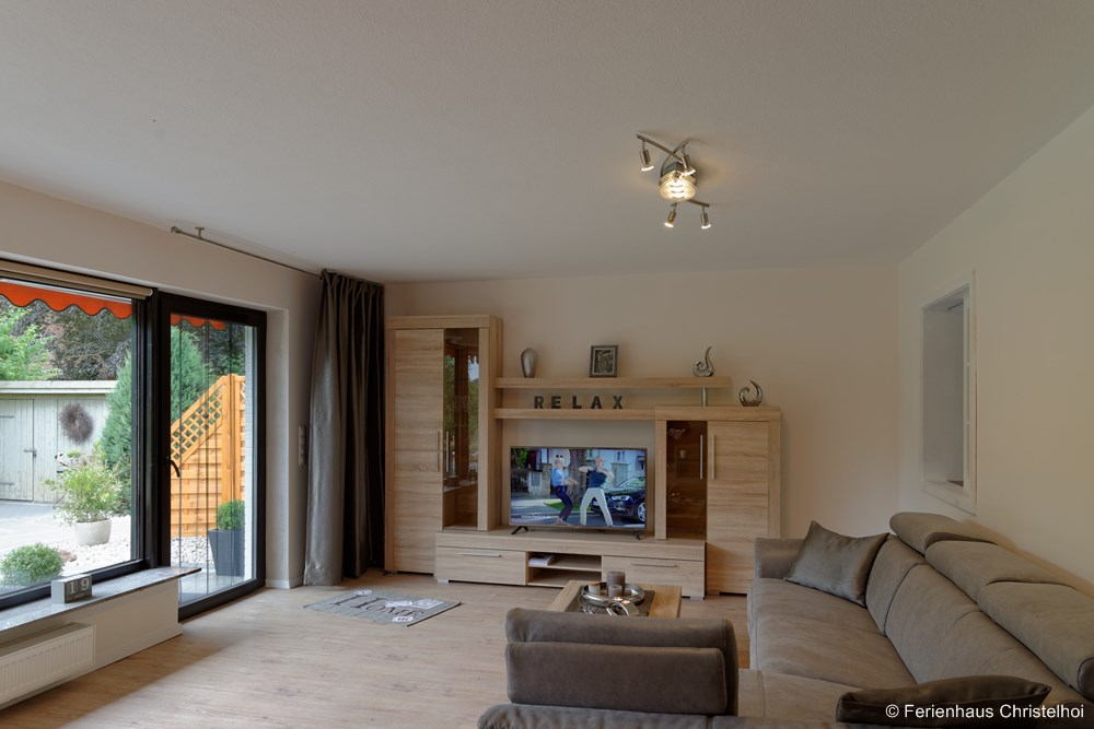 29.5 m² living room with flat screen TV - view of the garden