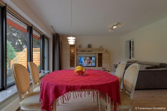 Wohnzimmer mit 29,5 m² mit Flatscreen TV - Blick in den Garten