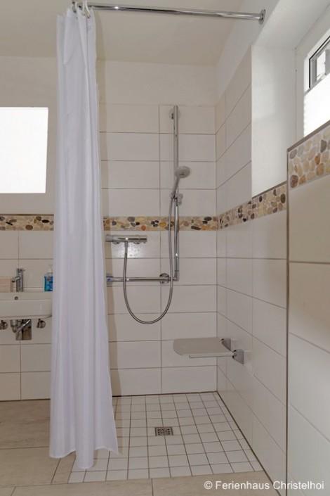 Barrierefreies Badezimmer im EG mit großer bodengleicher Dusche