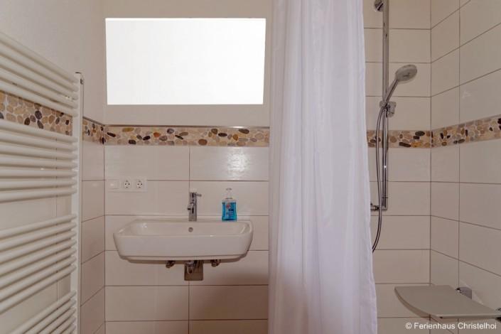 Barrierefreies Badezimmer im EG mit Dusche, Waschbecken und Toilette