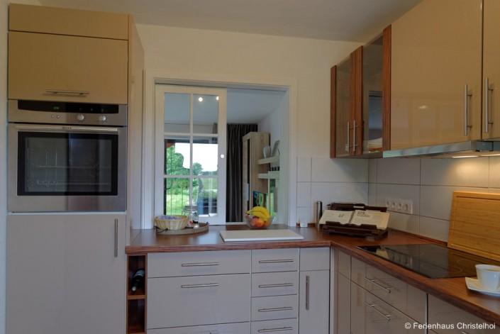 Küche mit Backofen, Mikrowelle, Kühlschrank + kompletter Geschirrausstattung